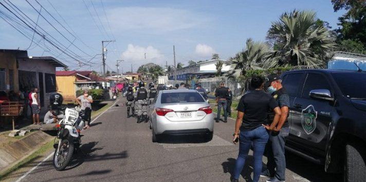 El joven de 21 años quedó tendido en el pavimento de los impactos de bala, ante la mirada de los lugareños.