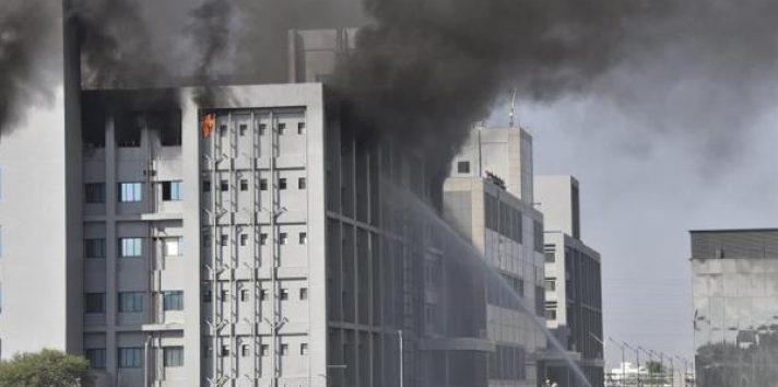 Los incendios, derrumbes y otros accidentes similares son frecuentes en la India. EFE