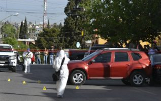 Forenses inspeccionan el vehículo donde fue asesinada a tiros la periodista mexicana Miroslava Breach. FOTO/EFE