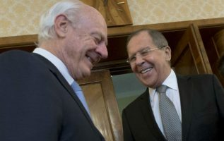 El ministro de Relaciones Exteriores de Rusia Sergy Lavrov conversa con representantes sirios. FOTO/AP
