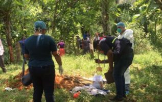 Exhuman cadáver de la niña. /Foto Leonardo Machuca G.