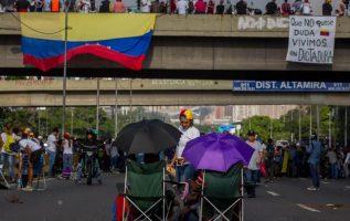 Un grupo de personas protesta pacíficamente en Caracas contra Nicolás Maduro. /Foto EFE