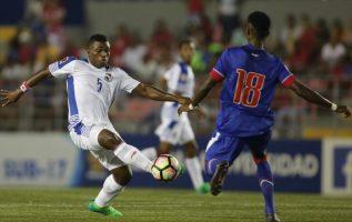 Édgar Cunningham, defensor del conjunto panameño Sub-17, disputa el balón con el haitiano Widny Salomon. /Foto Concacaf.com