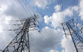 La transmisión de energía está restringida debido a la falta de una tercera línea de transmisión, que presenta atrasos en su ejecución. /Foto Archivo