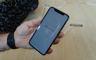 Una persona sostiene un nuevo iPhone X.
