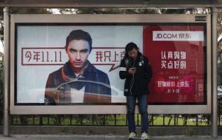 Un hombre usa un teléfono inteligente en China.