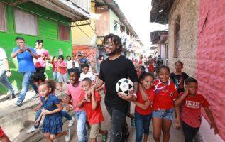 Román Torres desde que llegó a Barrio Lindo recibió el cariño y respeto que le tiene los niños. Anayansi Gamez