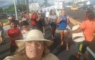 Exdirectora del Senniaf marcha contra desalojos en Curundú. Foto/Cortesía