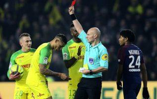 El árbitro Tony Chapron (d) muestra la tarjeta roja al brasileño Diego Carlos. Foto AP