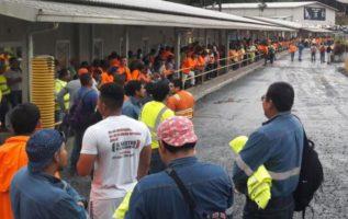Los trabajadores se mantenían afuera del complejo. Elena Valdez