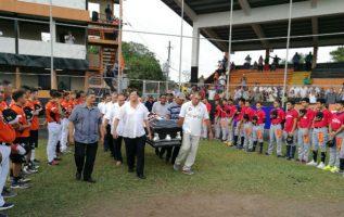 El cuerpo de Emilio Castro  fue llevado al estadio Olmedo Solé. Foto Zenaida Vásquez