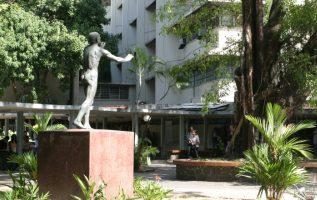 Estatua 'Hacia la luz'. Al fondo, la Biblioteca 'Simón Bolívar'. Archivo
