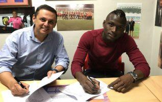 """Abdiel """"Pistolerito"""" Arroyo (der.) firma con la Liga."""