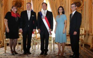"""El presidente Juan Carlos Varela ha sido relacionado como """"íntimo amigo"""" del embajador norteamericano John Feeley. Archivo"""