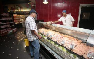 El costo de la libra de pollo está, aproximadamente, en $0.89 en los tiendas, minisúperes y abarroterías, mientras que en los supermercados cuesta $1.20. Archivo