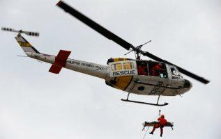 Equipos de rescate sacan a los heridos y a la víctimas del accidente en Oaxaca. FOTO/EFE