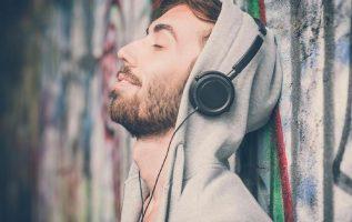 Otro de las consecuencias que puede tener por el mal uso de los audífonos es la sordera.