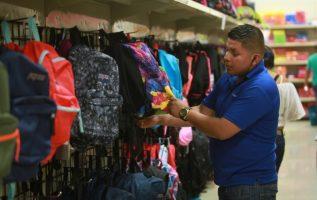 De las 25 marcas de uniformes, 20 han mantenido el precio, dos han aumentado $0.50 y una ha disminuido, señaló el administrador de la Acodeco. Archivo