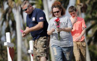 Rinden homenaje a las víctimas del colegio Marjory Stoneman Douglas en Florida. AP