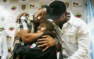 Ana Soto abraza a su hijo y grandes ligas, Elías Díaz (izq.) y a Eminson Soto (der.). Foto:EFE