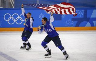 Kendall Coyne (izq. ) junto a Hilary Knight de Estados Unidos, festejan. Foto:AP