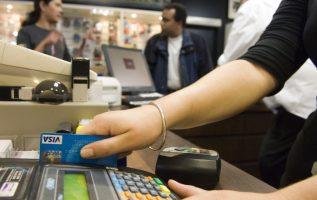 Más de 75 mil tarjetas de crédito fueron aprobadas el año pasado, en comparación con el 2016, según registros oficiales. Archivo