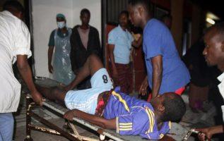 Un hombre herido es trasladado al hospital tras el atentado terrorista en Mogadiscio. EFE