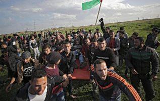 Palestinos desplazan a un herido durante enfrentamientos ayer con tropas israelíes. EFE