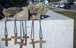 Colocan seis cruces para recordar a las víctimas en el puente colapsado en Miami. FOTO/AP