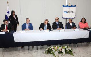 La firma fue presidida por el magistrado  Heriberto Araúz, acompañado de sus homólogos Eduardo Valdés Escoffery y Alfredo Juncá. /Foto Cortesía