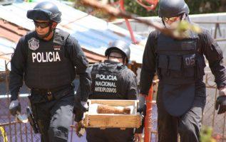 Policías antiexplosivos, al retirar en una caja el mortero de 81 milímetros aún activo, hallado en el patio de una casa en La Chorrera. Eric A. Montenegro