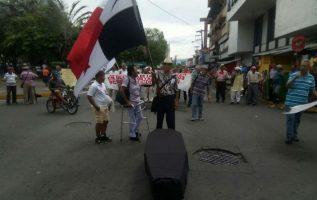 Con un ataúd volvieron a protestar los jubilados en Chiriquí. Foto: José Vásquez