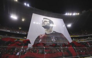 Pancarta con la imagen del jugador en su último juego en la liga local / EFE
