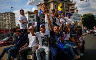 Simpatizantes del evangélico Javier Bertucci se toman la calles. EFE