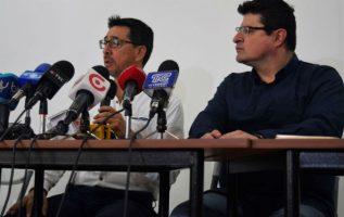 Ricardo Rivas (i), hermano del fotógrafo asesinado Paúl Rivas, y el director de Fundamedios, César Ricarute. FOTO/EFE