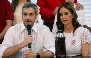 El conservador Mario Abdo Benítez, junto a su esposa Silvana López. FOTO/EFE