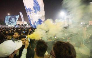 Los napolitanos salieron con sus banderas a celebrar. Foto AP