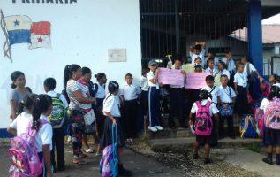 Los alumnos y acudientes en las afueras del plantel. Foto: Diómedes Sánchez.