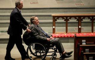 El patriarca George H. W. Bush en el sepelio de su esposa. Foto: AP
