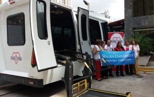 El vehículo tiene una plataforma para subir a los pacientes que utilicen silla de ruedas. Foto: Yaissel Urieta Moreno