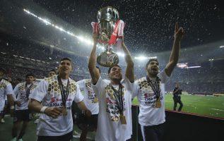 Jugadores de Chivas festejan el título. Foto:EFE