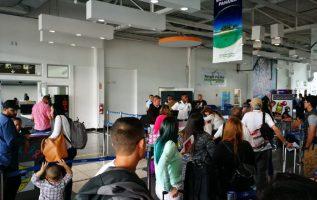 Los extranjeros acuden con regularidad a Migración para poner en orden su estatus.