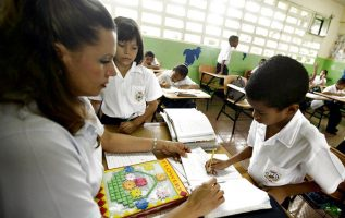 Unos 500 docentes del  programa Panamá Bilingüe se mantienen en huelga. Archivo
