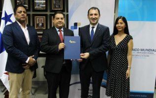 El ministro de Economía y Finanzas encargado, Gustavo Valderrama y Abel Caamaño Gerente de País del Banco Mundial, firmaron un contrato de préstamo