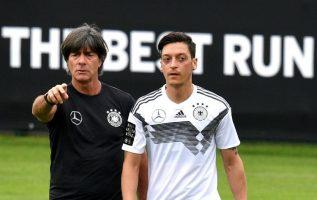 Özil junto al seleccionador alemán, Joachim Löw. Foto EFE