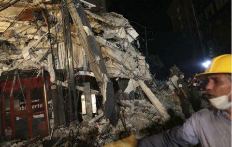 Cientos de mexicanos, entre brigadistas y voluntarios, continúan intentando rescatar a personas con vida de los edificios colapsados en Ciudad de México  hoy, miércoles 20 de septiembre de 2017, tras un sismo de magnitud de 7.1 que ha causado más de 200 muertos según cifras preeliminares.
