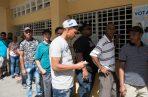 Ciudadanos hacen fila para votar sin enterarse aún de la suspensión de las elecciones municipales. FOTO/EFE