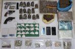 Se decomisó 1 pistola 9 mm y 2 revólveres con serie no visible, municiones sin detonar, sustancias ilícitas (cocaína y marihuana