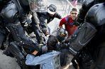 Manifestantes se enfrentan a policías durante la manifestación en Bogotá. EFE