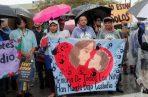 """Los manifestantes llevan un cartel que dice """"En memoria de los niños que han muerto bajo custodia"""" mientras marchan fuera del Refugio Temporal de Homestead para Niños No Acompañados, FOTO/AP"""